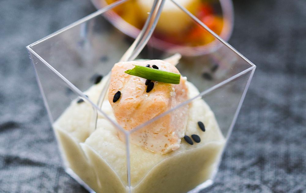 Mousseline de céleri et saumon vapeur au sésame noir
